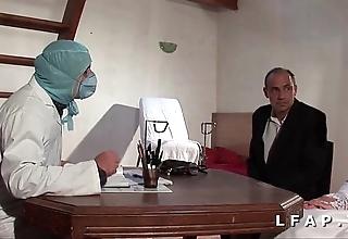 Numbed vieille mariee se fait defoncee le cul chez le gyneco en trio avec le mari
