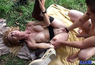 Bonne cougar fair-haired et bien of age baisée dans un champ [full video]